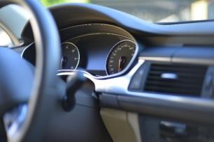 自動車運転席の写真